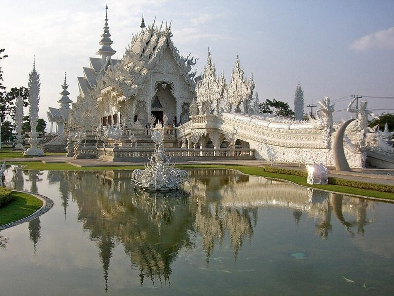 Ват Ронг Кхун (тайск. วัดร่องขุ่น) — буддийский храм, расположенный недалеко от города Чианграй в Таиланде. Также известен как Белый храм.Роспись на внутренней стене храма Wat Rong KhunПостроен в 1997 году по проекту тайского художника Чалермчаю Коситпипа