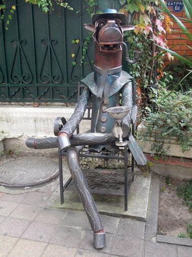 Сочи. Скульптура Конь в пальто