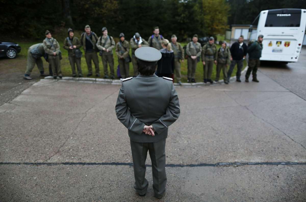 Экскурсовод выстраивает гостей в подобие солдатского строя ...