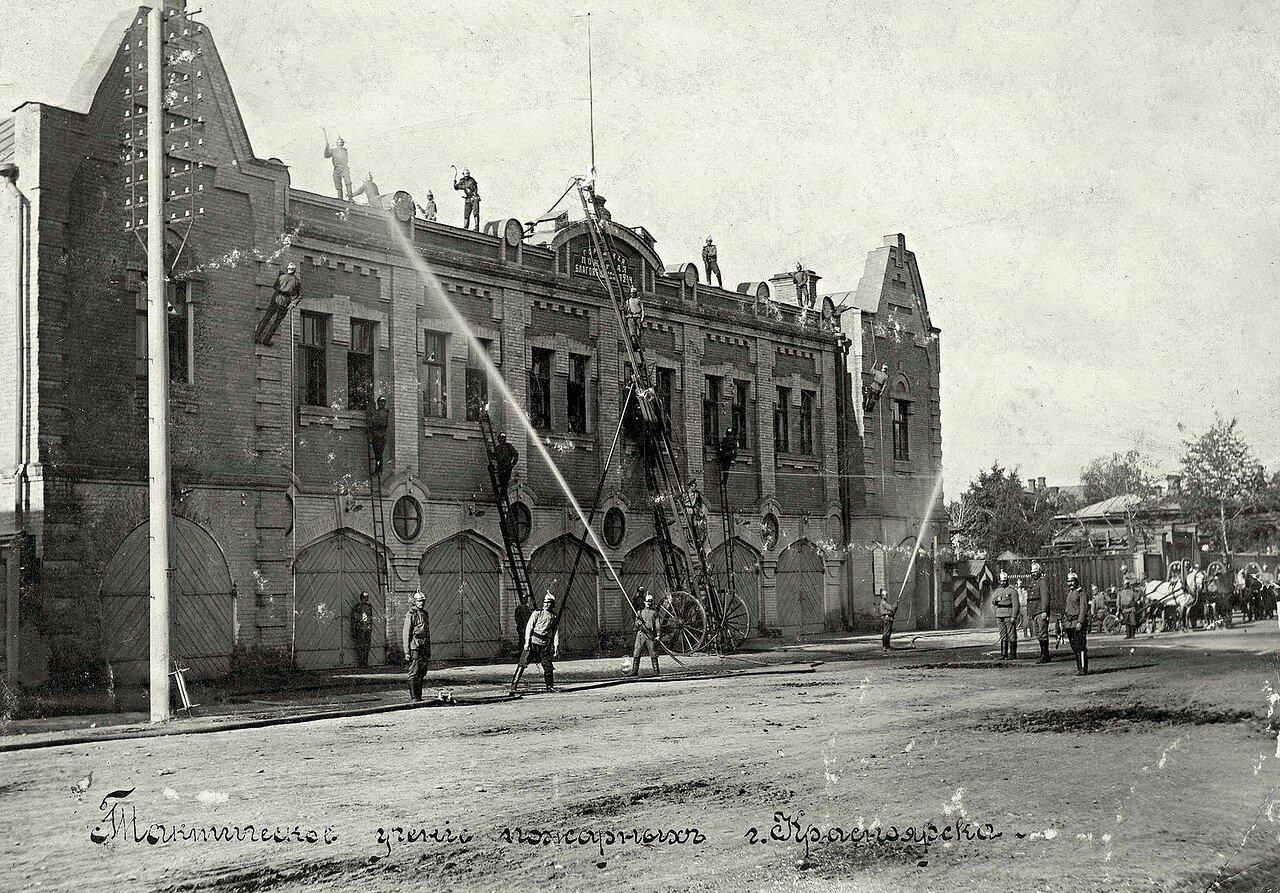 Здание пожарного депо и тактические учения пожарных