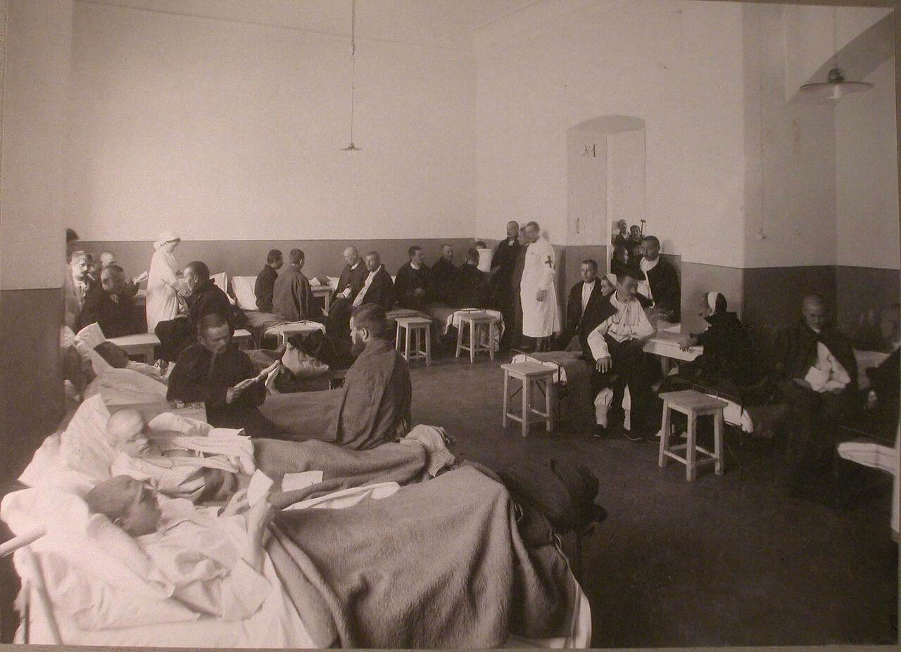 30. Раненые в палате лазарета при вдовьем доме имени Бахрушиных