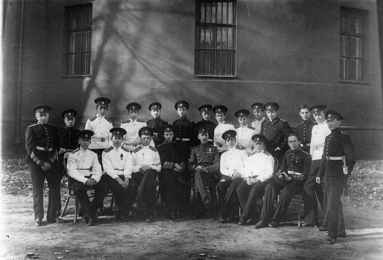 07. Группа воспитанников младших классов с воспитателем корпуса первый слева - Е.Е.Гарф, третий справа - Кузьминский М.М.