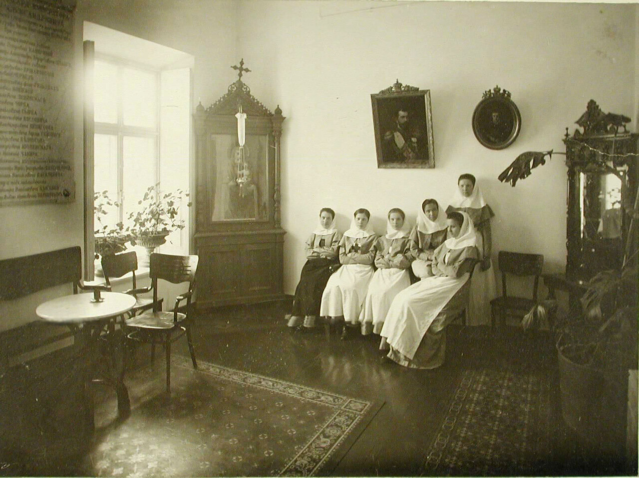 12. Группа сестёр милосердия в приёмной общины.