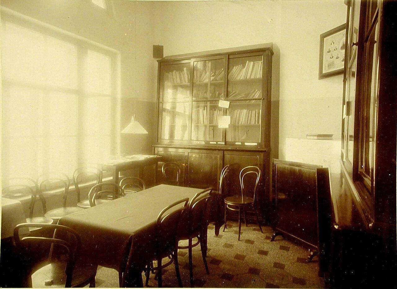04. Внутренний вид совещательной комнаты для врачей лечебницы общины