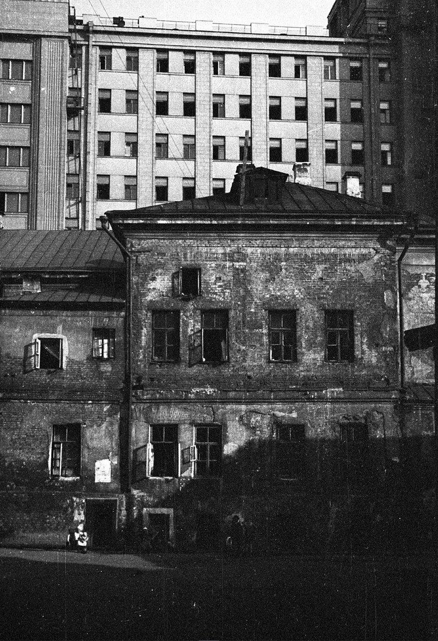 51. Вид со стороны Георгиевского переулка на здание Совета по труду и обороне