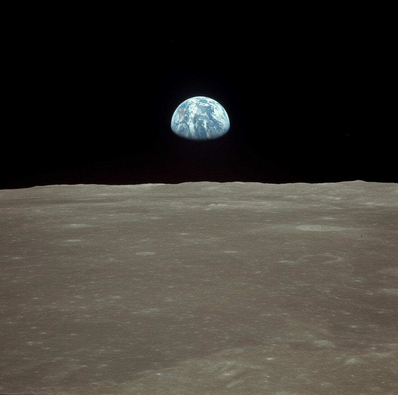 Коллинз 7-секундным включением двигателей системы ориентации отвёл «Колумбию» на безопасное расстояние (в радиопереговорах ЦУП снова перешёл на позывные «Аполлон-11»)