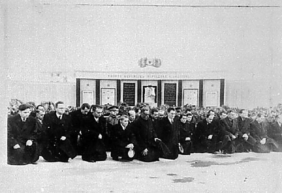 Траурный митинг, в Албании, 6 марта 1953 г.  На коленях руководители партии и страны.