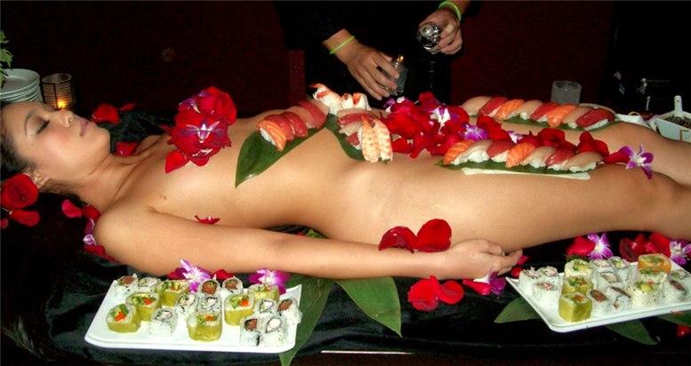 секс в Японии / суши, поданные на обнаженном теле девственницы