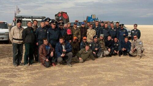 Участники экспедиции на фоне капсулы. Разумеется, она уже пуста