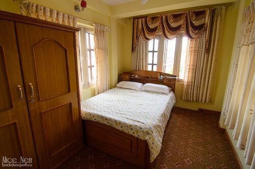 Спальня в нашей квартирке в Pokhara Studio Inn