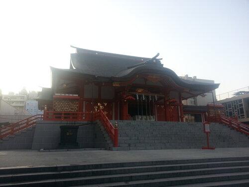Синтоистские храмы можно узнать по изогнутой, как шлем самурая, крыше над входом