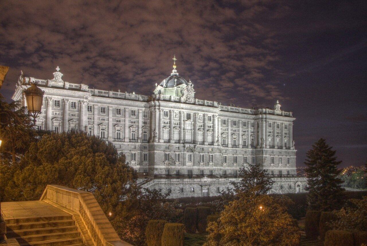 Ночной Мадрид в HDR. Королевский дворец. Вид со стороны садов Сабатини