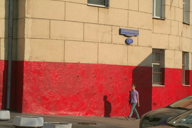 Начальство ВШЭ совсем рехнулось и приказало выкрасить цоколь здания в кровавый цвет