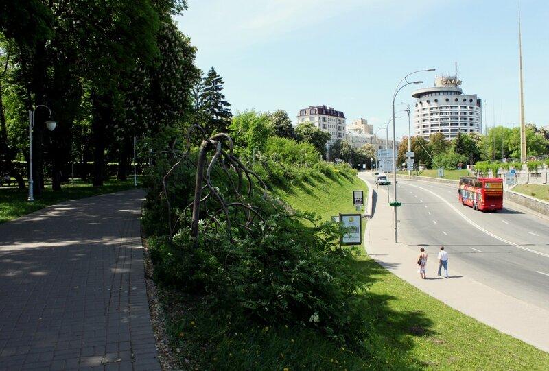 Боковая аллея парка Славы