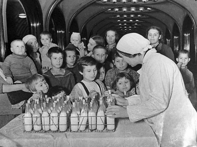 Раздача молока детям на станции московского метро «Маяковская»