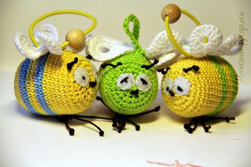 Вид спереди троих пчелок