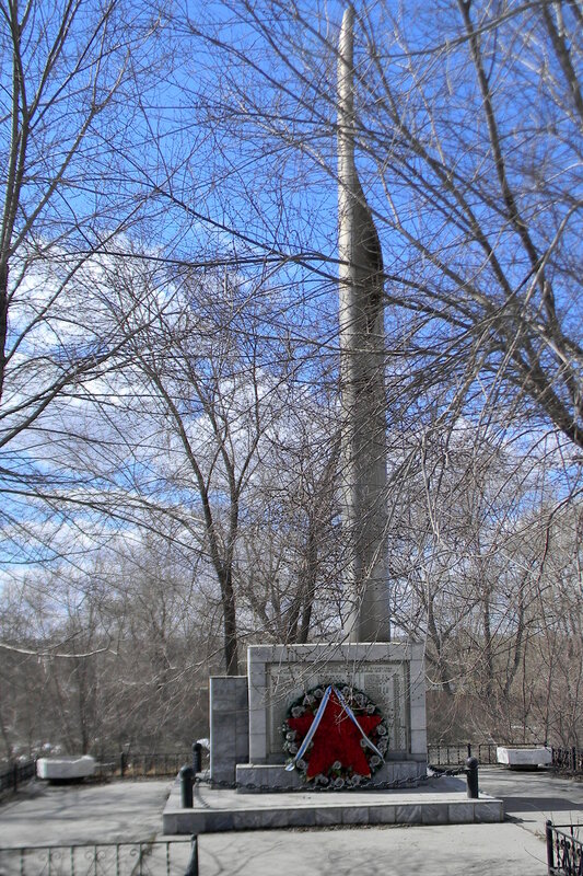 В память о погибших в годы Великой Отечественной войны на улице Российской установлено три памятника. В начале улицы работникам ЧГРЭС.