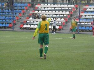 Владимир Хорольцев подсказывает своим игрокам лично находясь на футбольном поле.