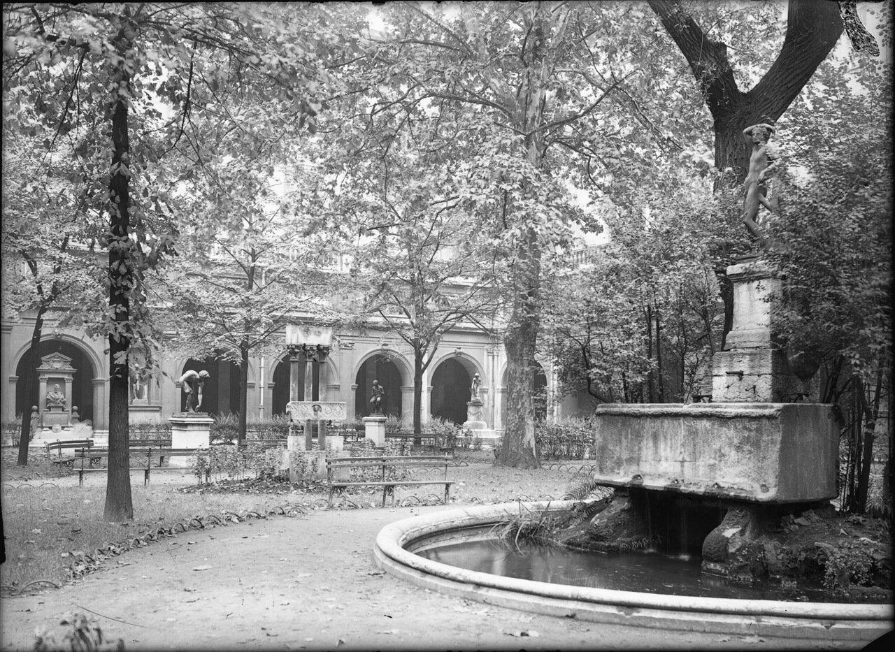 1920-е. Во дворе Дворца Святого Петра центральный фонтан увенчанный бронзовой статуей Аполлона.