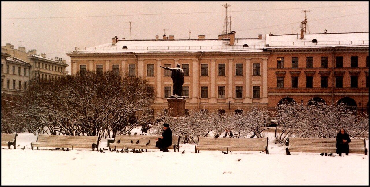 Кормление голубей за пределами Казанского собора