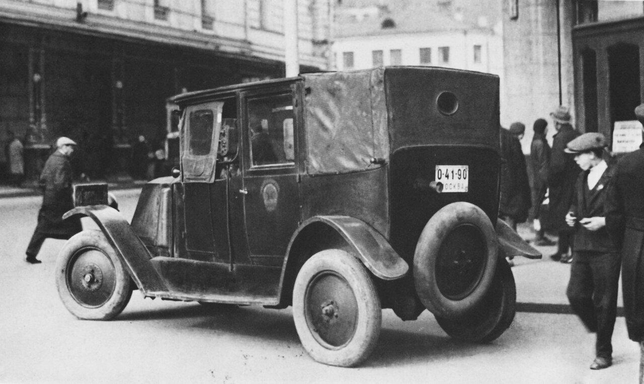 12. Одно из первых такси фирмы Рено на улицах Москвы.