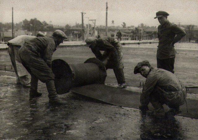 Укладка полотна для изоляции проезжей части. Август 1936г.