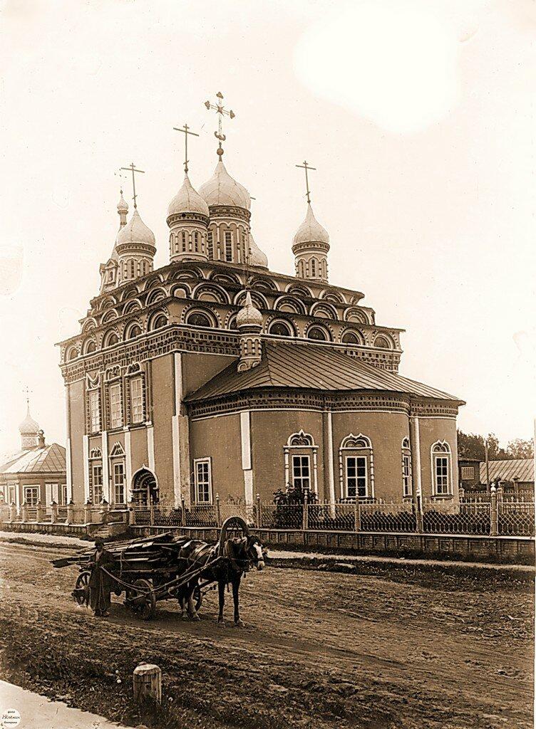Троицкий собор возле Богоявленского монастыря.