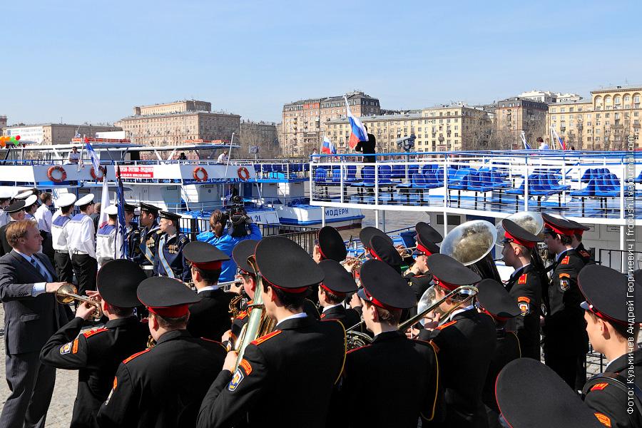 Под звуки Гимна Российской Федерации на теплоходах поднимаются Государственные флаги. Навигация открыта