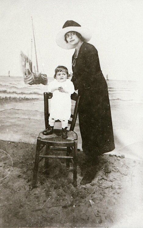 souvenirphoto badplaats moeder kind pm 1920.jpg