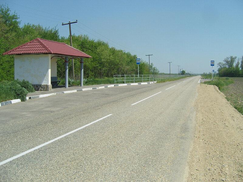 остановка и длинный забор для чего-то. Близ хутора Болгов