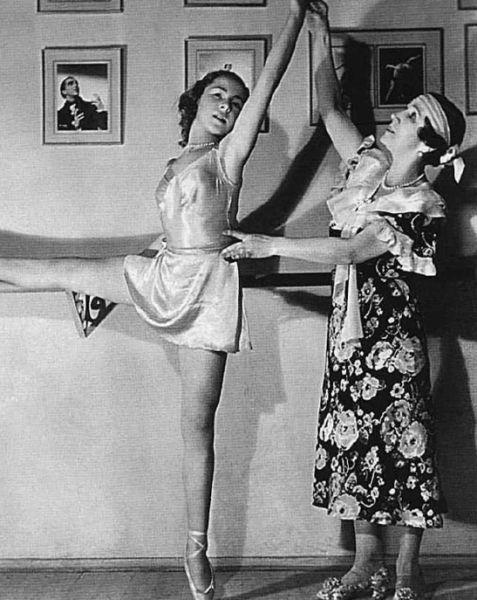 Матильда Кшесинская в своей балетной школе 1928-29.jpg