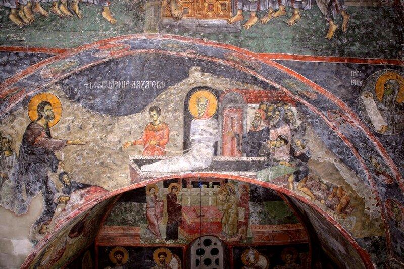 Воскрешение Праведного Лазаря. Фреска XIII века в церкви Святых Апостолов в Пече, Косово, Сербия.