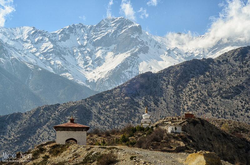 снежники за монастырем на холме, где-то между Марпой и Джомсомом, Гималаи, Непал
