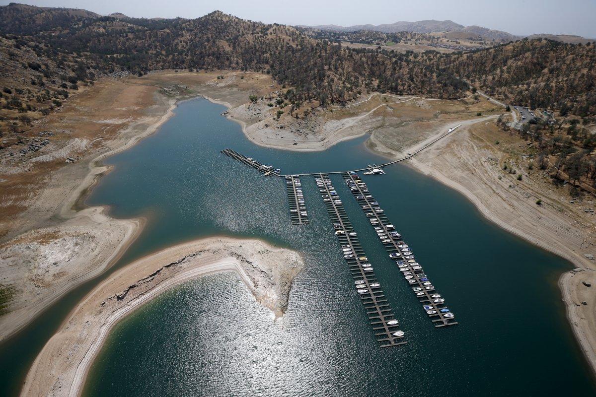 1. Обнажившиеся берега водоема, которые когда-то были под водой. Озеро Миллертон на реке Сан-Хоакин