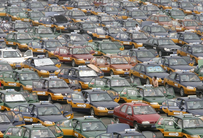 Таксисты выстраиваются на стоянке в ожидании пассажиров у нового международного аэропорта Шоуду. 10