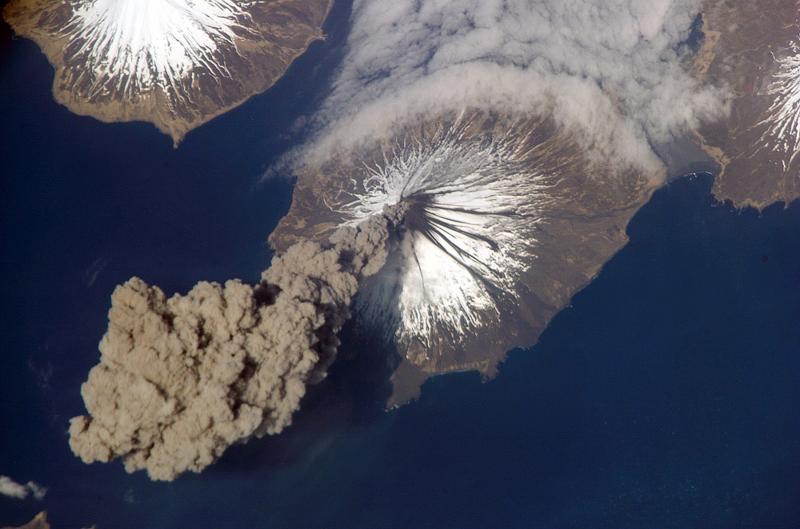 16. Вулкан Кливленд, расположенный в западной части острова Чугинадак на Аляске извергает столб пепл
