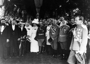 Группа участников открытия выставки на молебне, крайний справа - великий князь Андрей Владимирович.