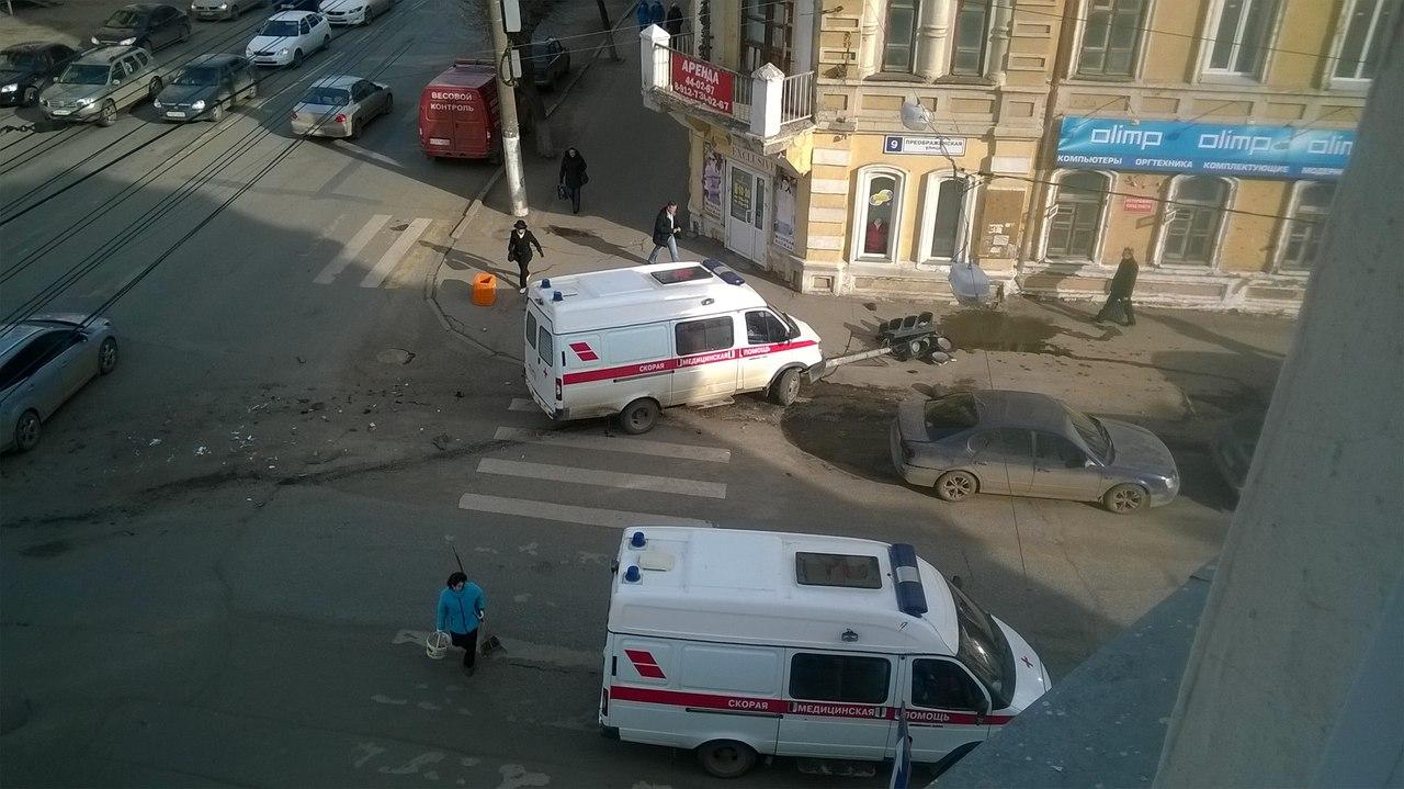 На улице Ленина иномарка врезалась в скорую