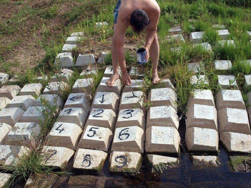Антон разрисовывает бетонную клавиатуру