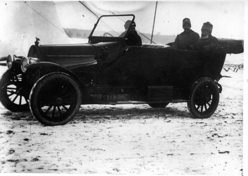 Великий князь Александр Михайлович и генерал Шедловский в автомобиле. 1915.jpg