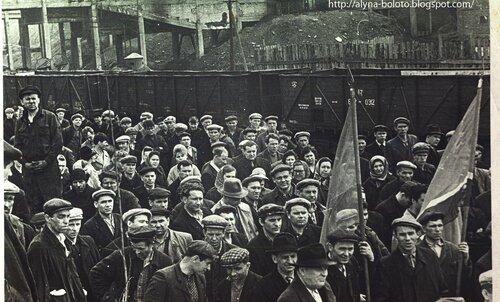 Люди на митинге 75 лет шахте №5