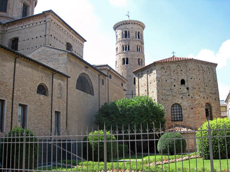 Равенна. Баптистерий Неона (Баптистерий Православных) и Базилика Сант-Аполлинаре-Нуово.