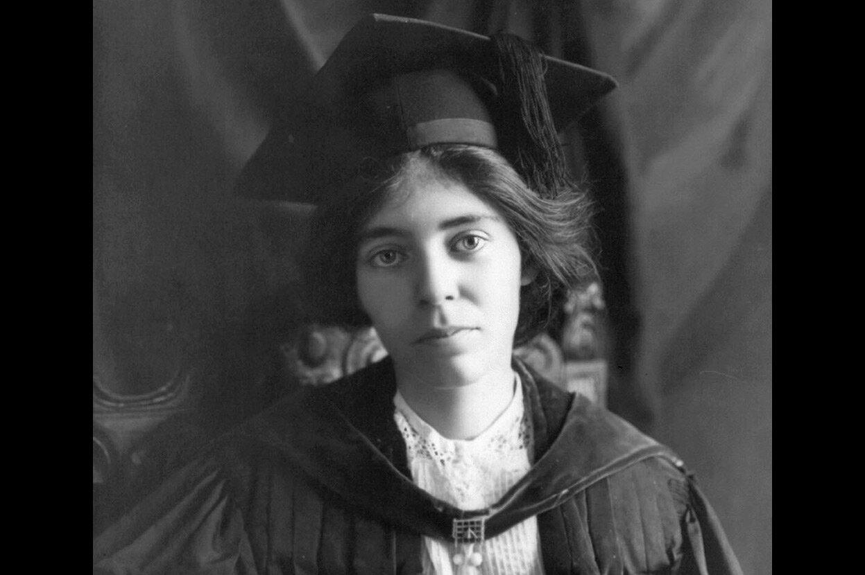 Активистка за равноправие женщин Элис Пол, 1913. Пол родилась в Нью-Джерси, получила степень магистра и доктора наук в Университете Пенсильвании, а затем отправилась в Англию, где подружилась с членами движения за женское избирательное право. По возвращен