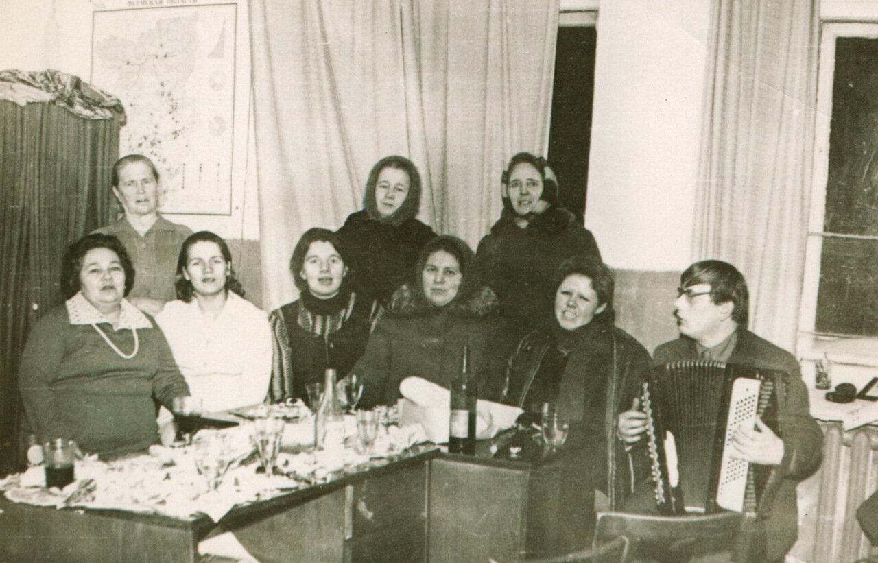 Застолье в ножовском сельском клубе. начало 70-х. гг.