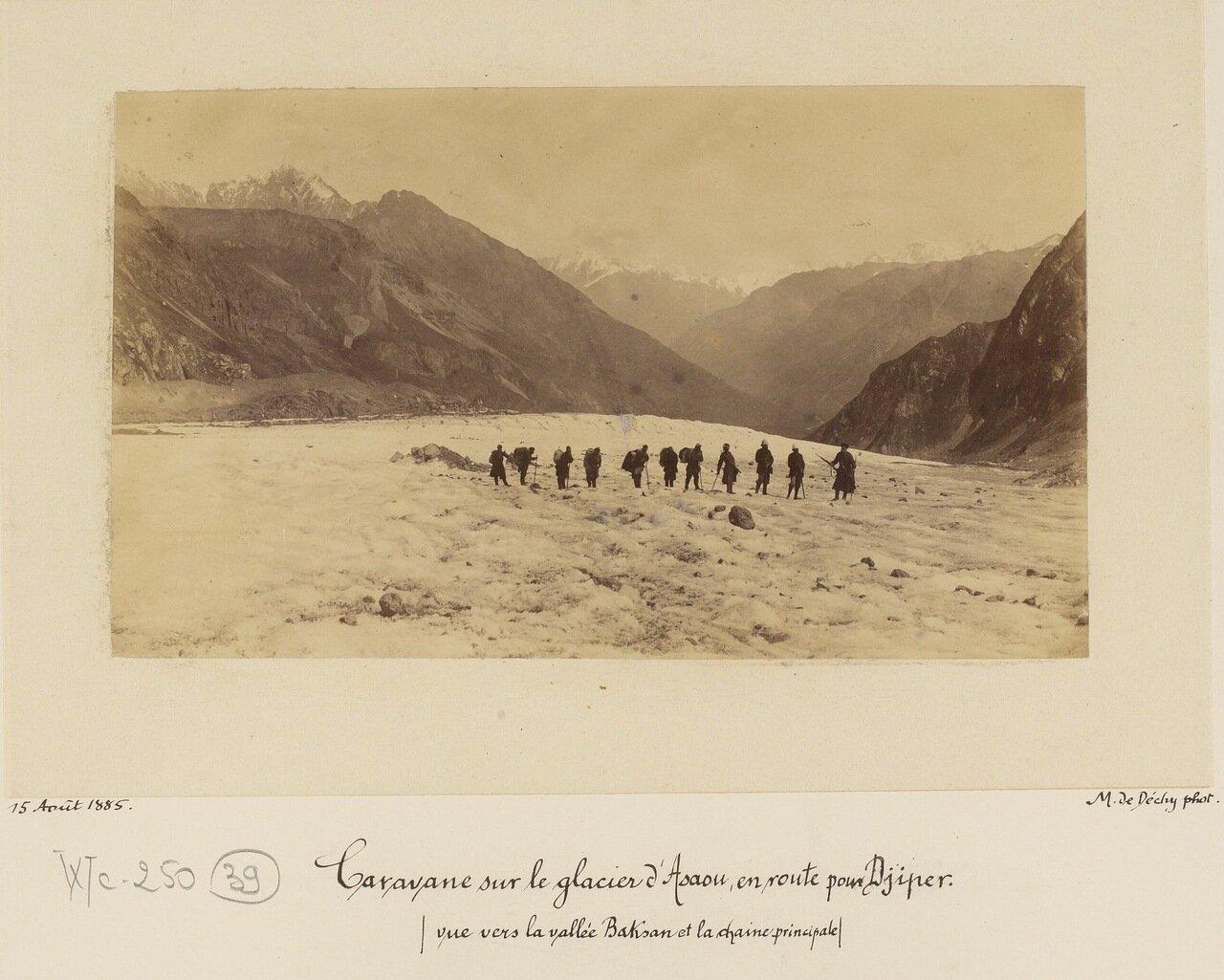 Караван на леднике Асау на пути к Джиперу и главному горному хребту