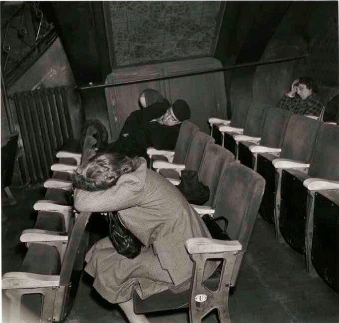 1944. Спящие в театре