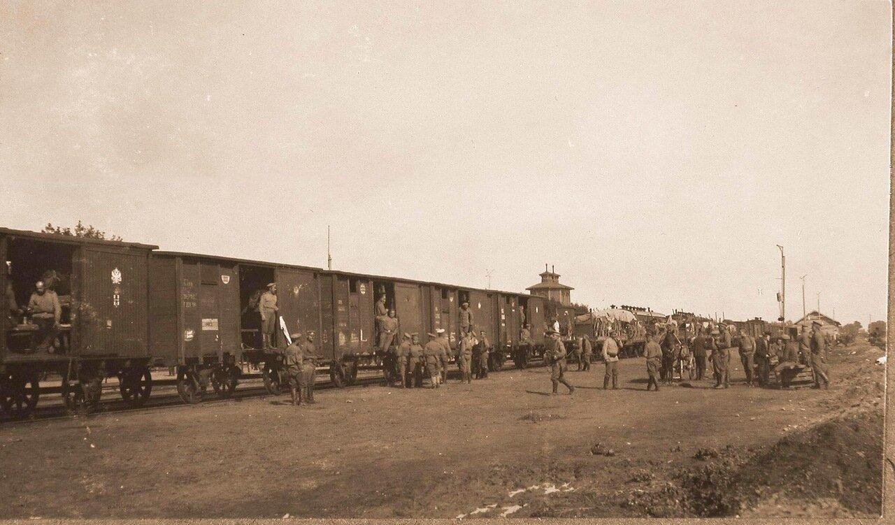 13. Воинский эшелон во время остановки на станции Ковель. 1915