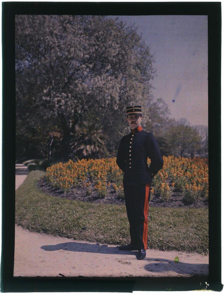 1910. Ницца. Офицер в саду