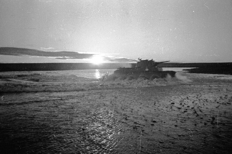Советские танки БТ форсируют реку Халкин Гол.