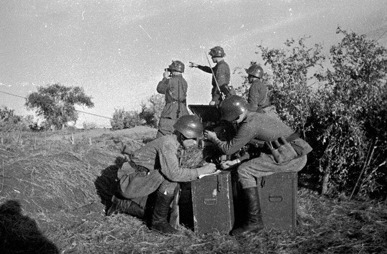 Халхин-Гол. Советские артиллерийские корректировщики на наблюдательном пункте.